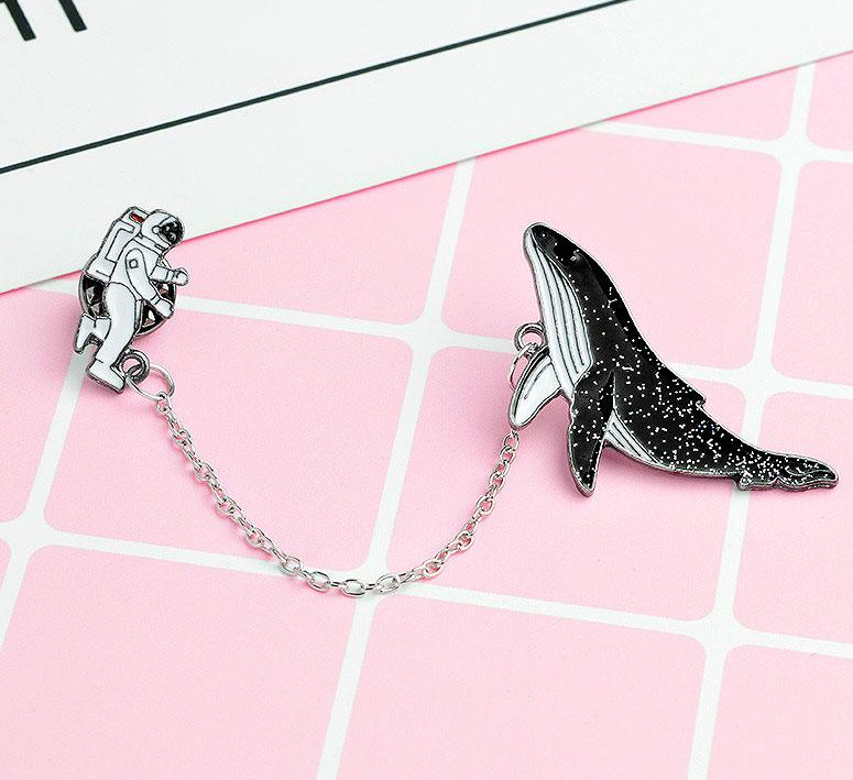 Брошь-значок «Космонавт и кит»