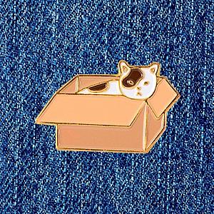 Брошь-значок «Котик в коробке»