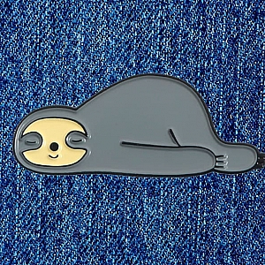Брошь-значок «Лежачий ленивец»
